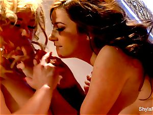 Shyla Stylez gets down and muddy with Taylor Vixen